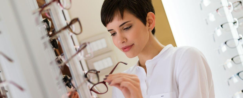 Jeune femme regardant des lunettes
