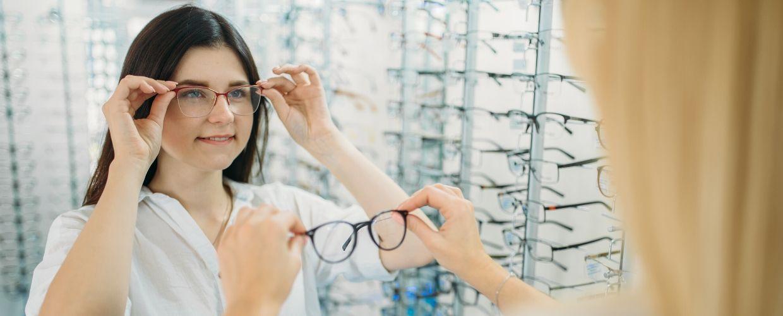Jeune femme essayant des lunettes